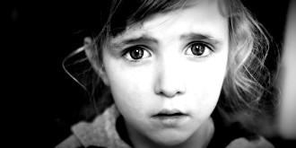 Ouders geven angststoornis door aan kinderen maar gelukkig is dit behandelbaar en kunnen kinderen hun angststoornis achter zich laten en vrij en blij door het leven gaan.